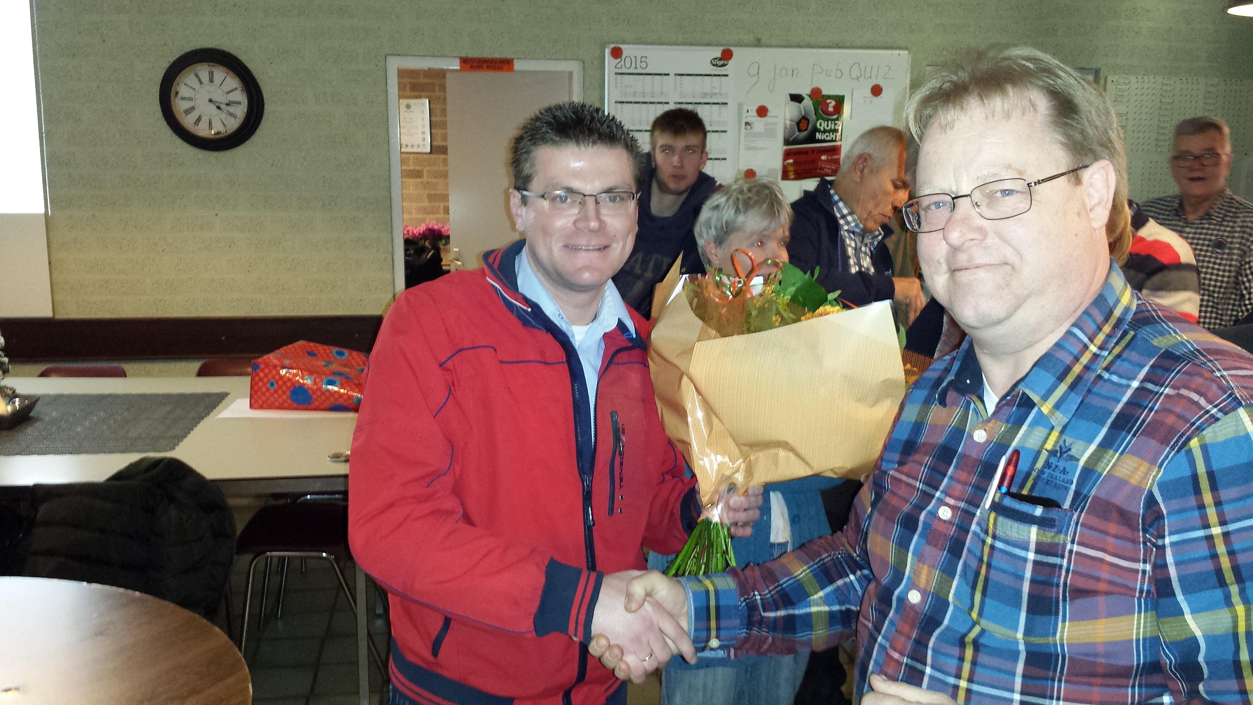 Jaap Schreur feliciteert Rinze Beurskens